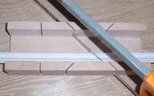 как резать потолочный плинтус внутренний угол