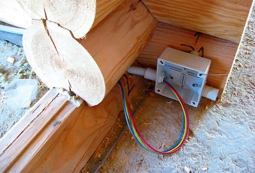 как правильно монтировать проводку в деревянном доме