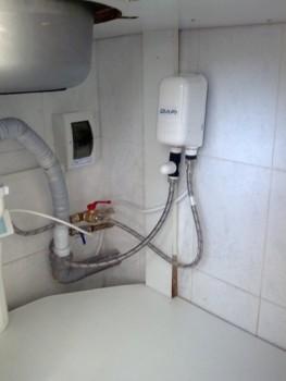 Почему нельзя использовать гибкие шланги для подключения водонагревательного бака