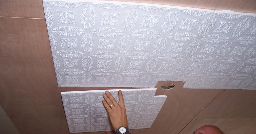 Как клеить потолочную плитку из пенопласта: особенности процесса